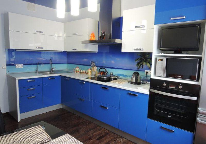 глянцевая угловая сине-белая кухня МДФ