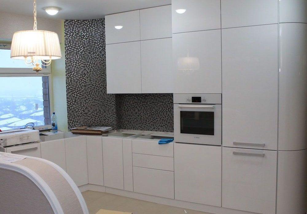 Глянцевые белые кухни под окно