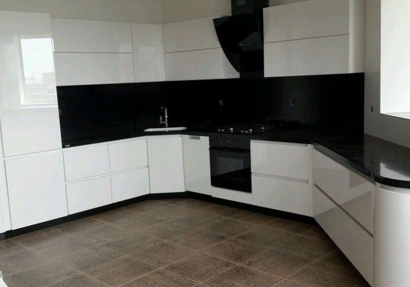 Глянцевые белые кухни с черной столешницей