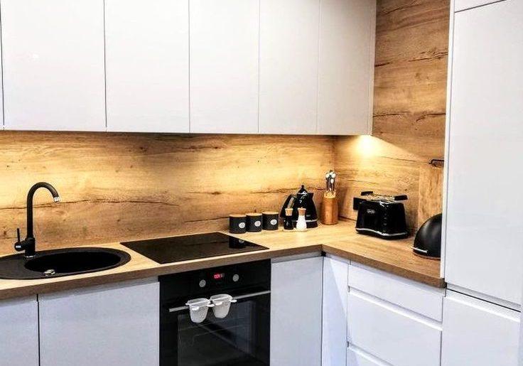 Глянцевые белые кухни с деревянным фартуком