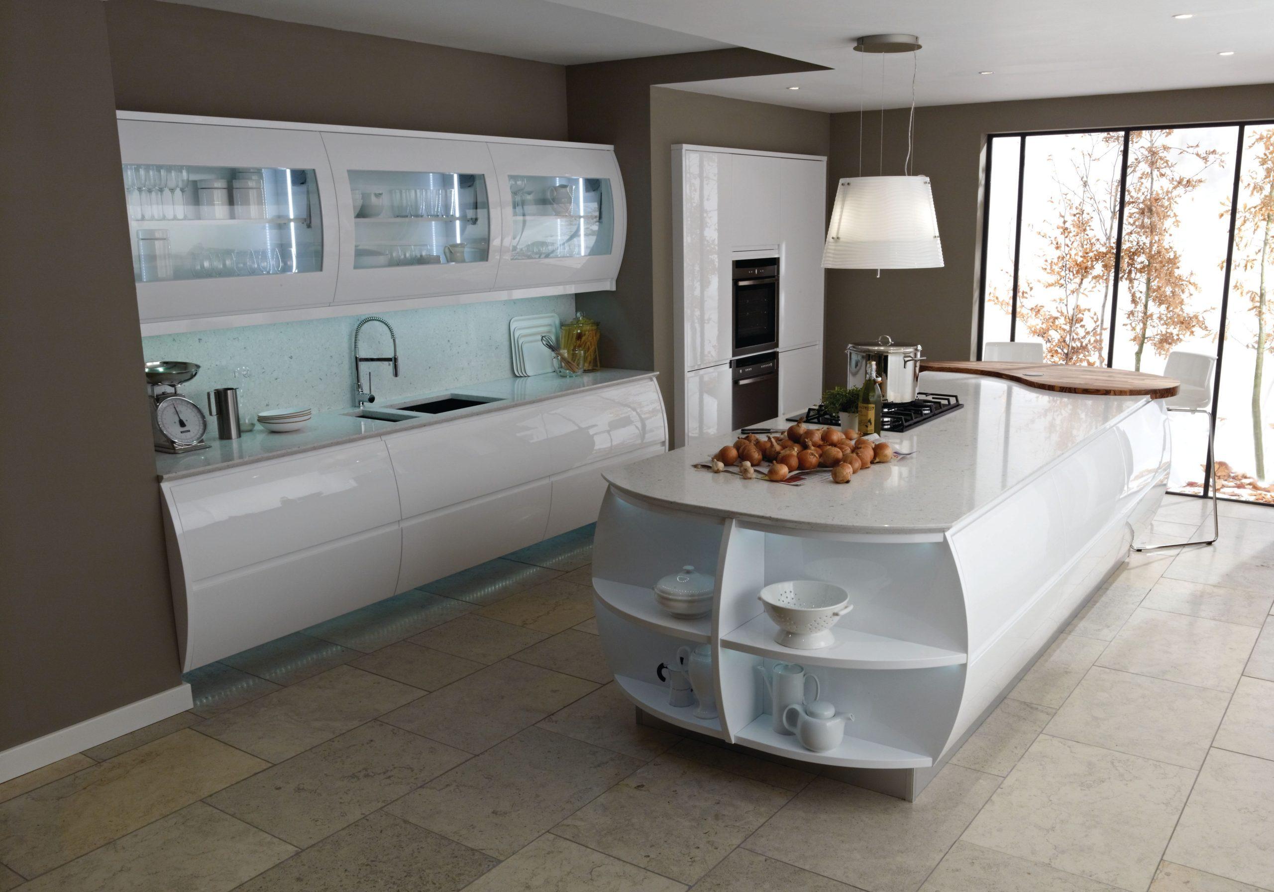 Глянцевые белые кухни с островом