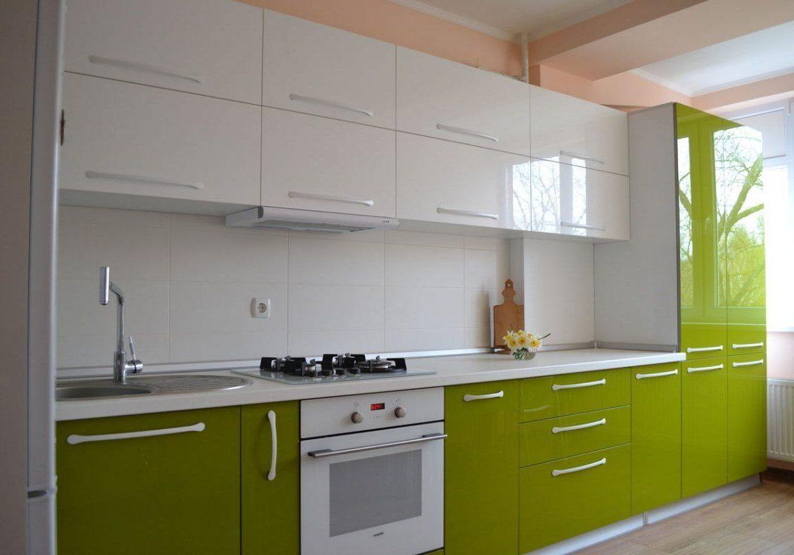 Интерьер кухни с зеленымии белыми фасадами, изготовление на заказ, глянцевая кухня