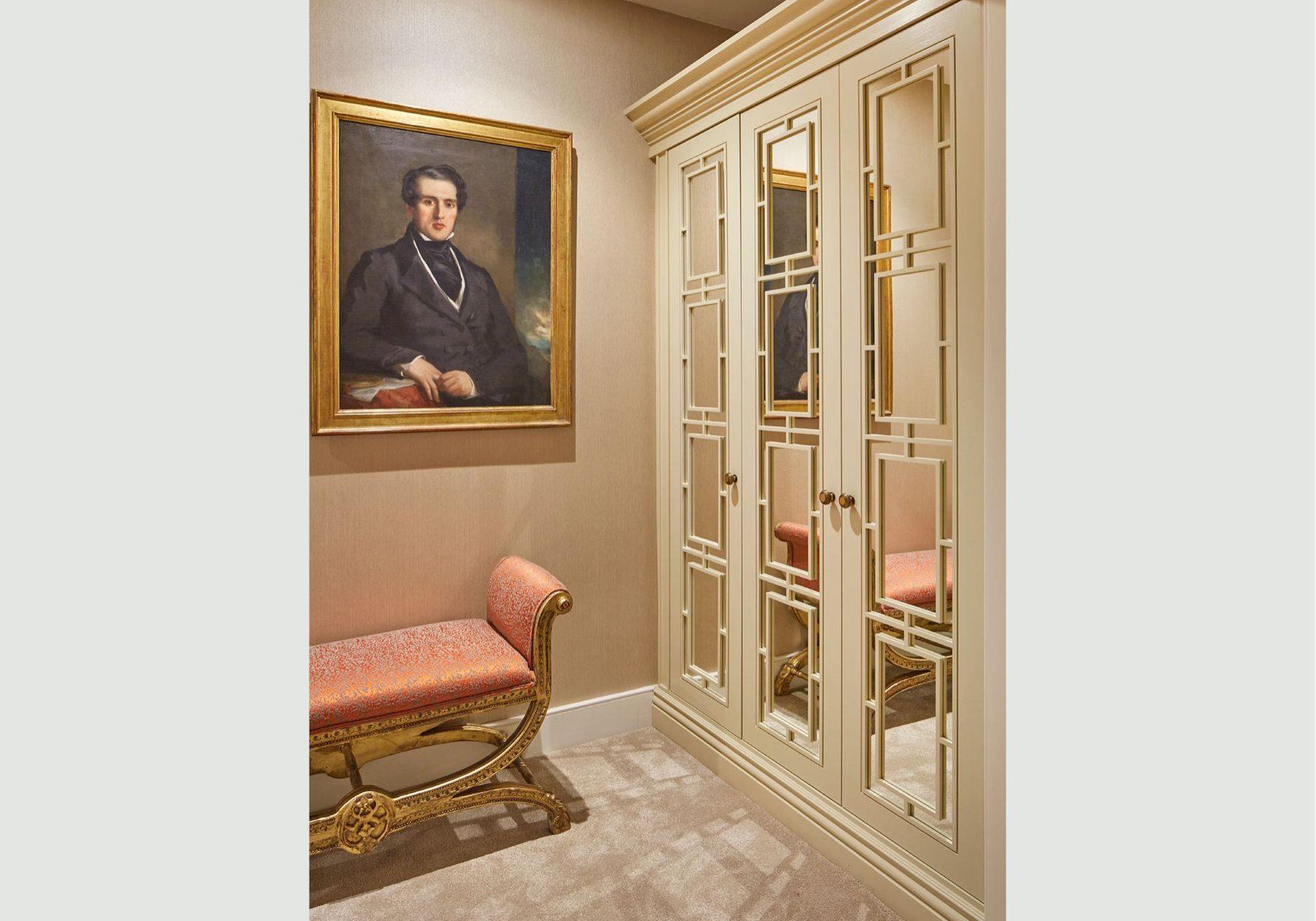Изготовление шкафов из МДФ крашенный эмаль с раскладкой на зеркале в комнату
