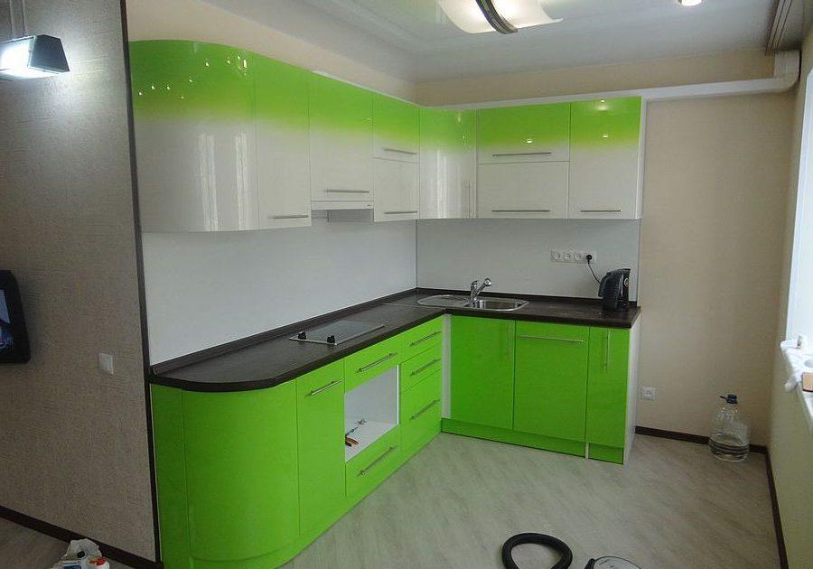 Крашенная кухня с переходом зеленого в белый