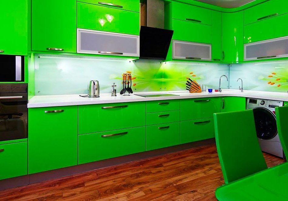 Крашенная угловая кухня зеленого цвета с фасадами МДФ