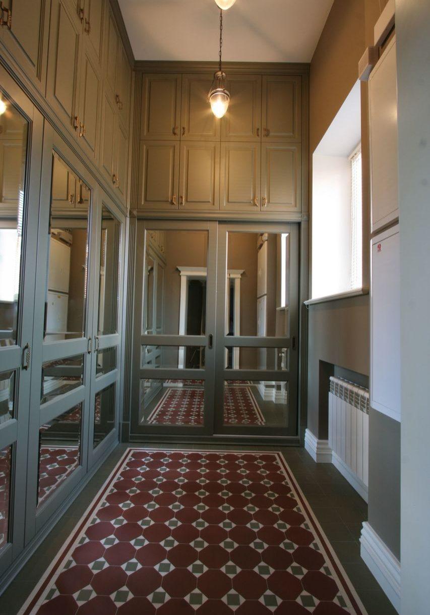 Шкафы с крашенными фасадами МДФ с зеркалом