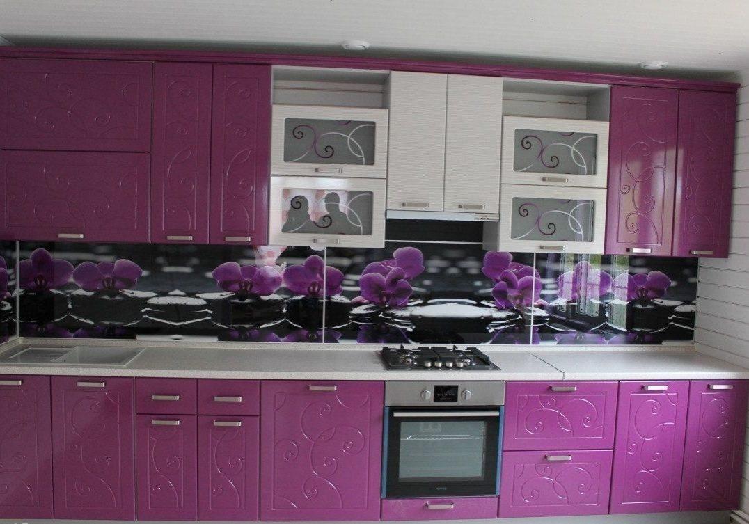 Красивая прямая кухня бело-фиолетовая с рисунком