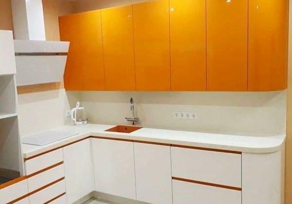 Красивая угловая кухня бело-оранжевая, глянец