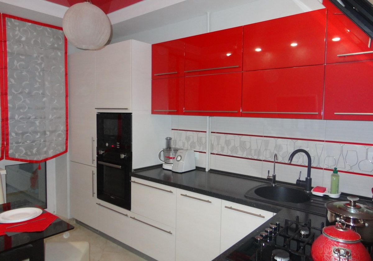 Красно-белая кухня углом, МДФ глянец