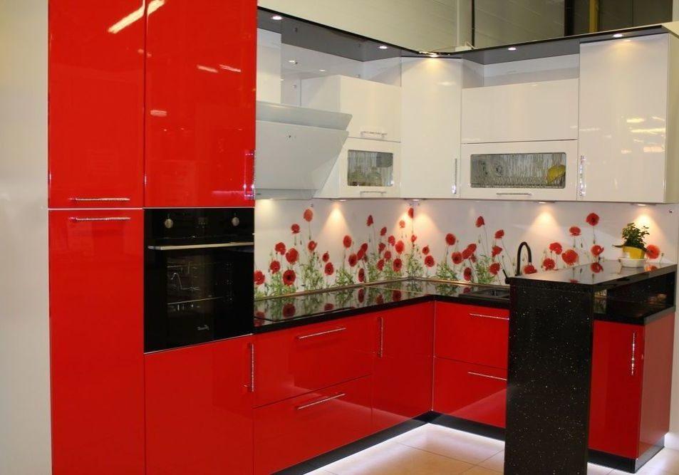 Красно-белая п-образная кухня с барной стойкой черного цвета