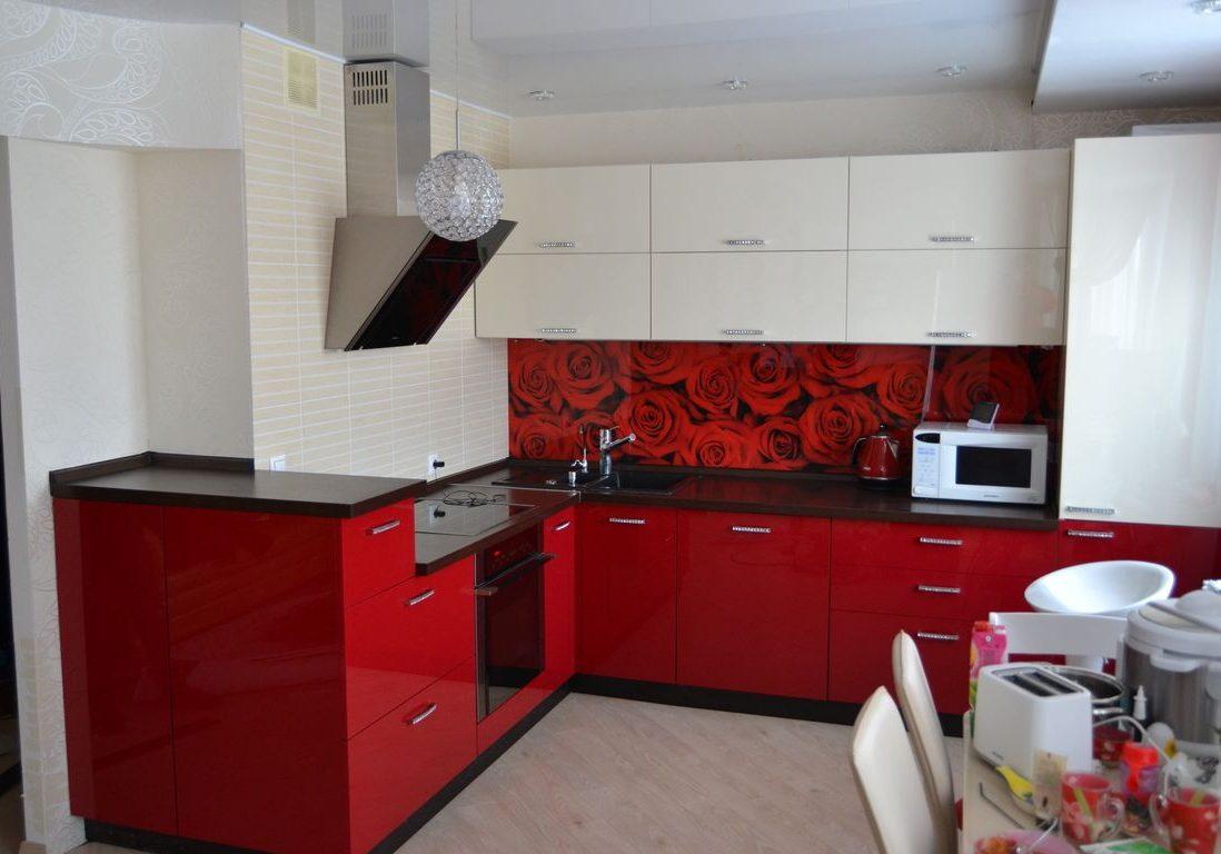 Красно-белая угловая кухня с барной стойкой