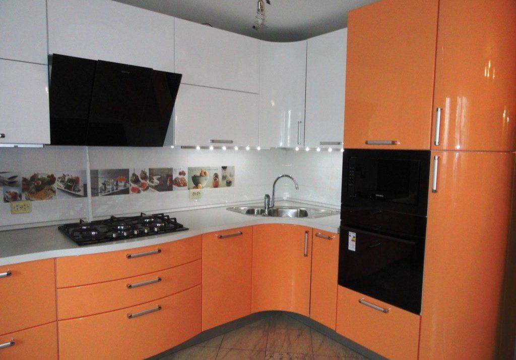 кухня бело-оранжевая угловая, МДФ эмаль