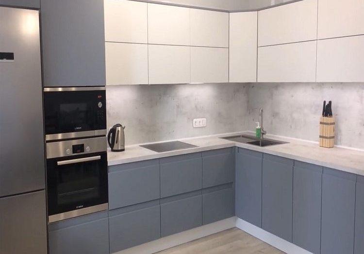 Кухня бело-серого цвета, матовая