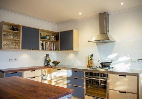 Кухня из фанеры с столешницей массив