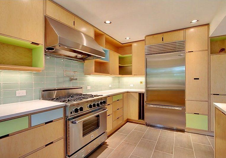 Кухня из фанеры с врезными ручками и цветными фасадами