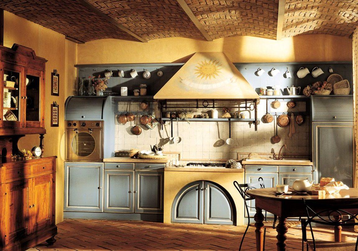 Кухня из массива дерева с крашенными фасадами в стиле кантри