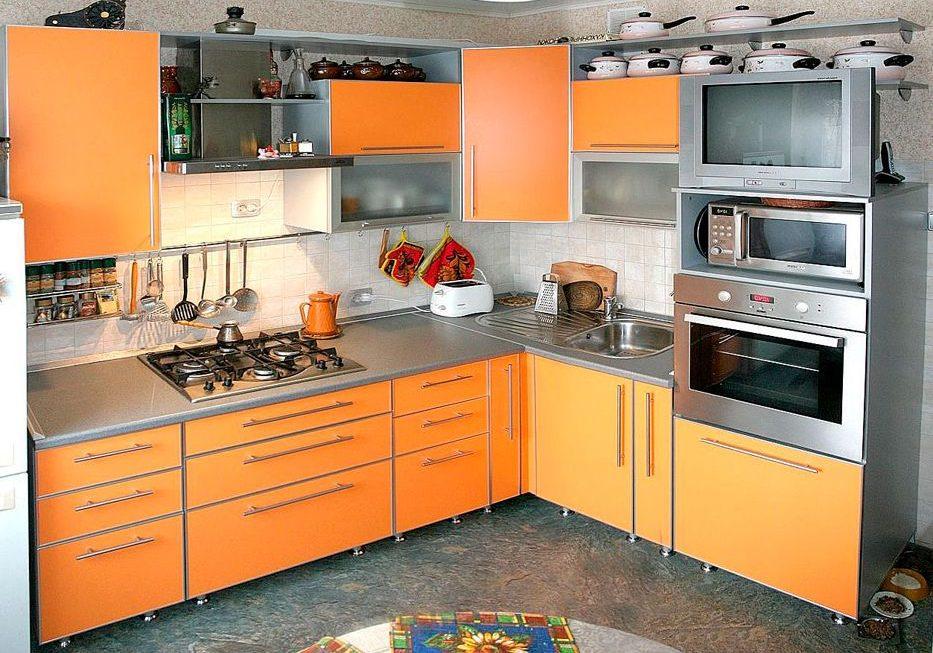 Кухня из пластика, оранжевые фасады в алюминиевой рамке