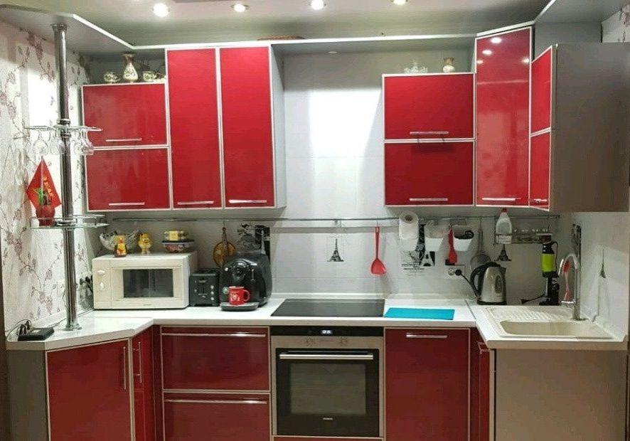 Кухня из пластика с ярко красными фасадами