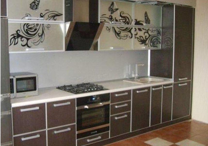Кухня из пластика шоколадного цвета с рисунком