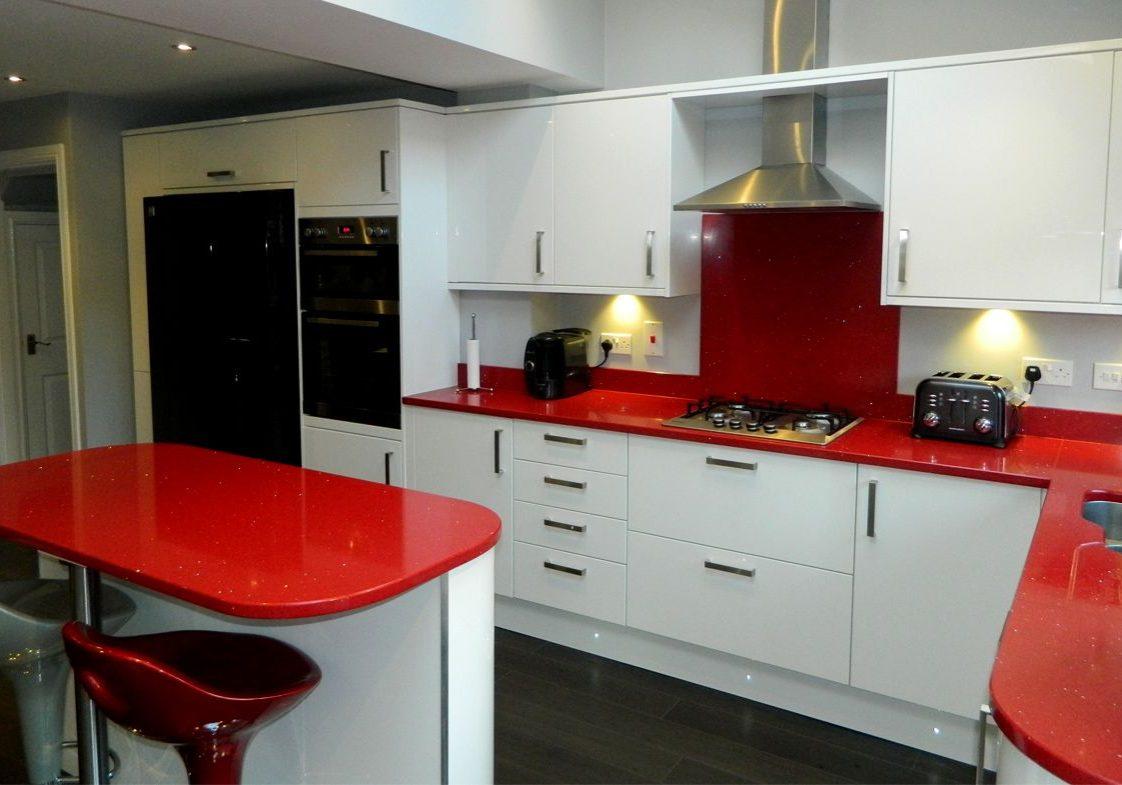 Кухня красного цвета с островом, угловая, глянец
