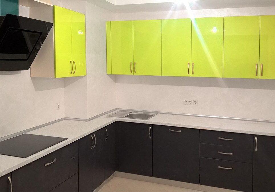 Кухня лайм и черные фасады