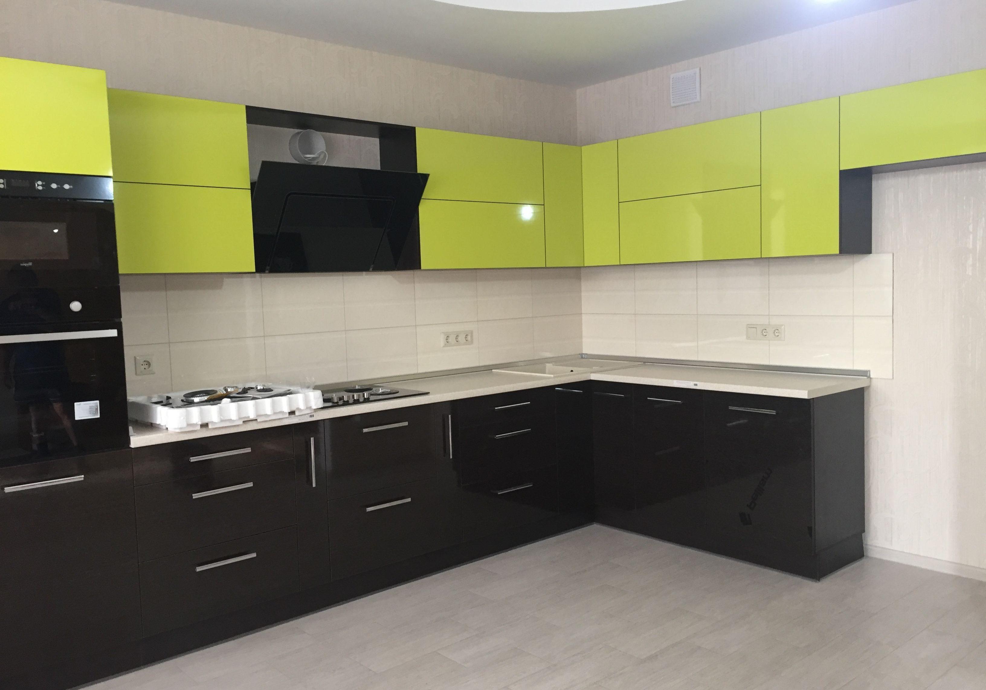 Кухня лайм и коричневые фасадсы