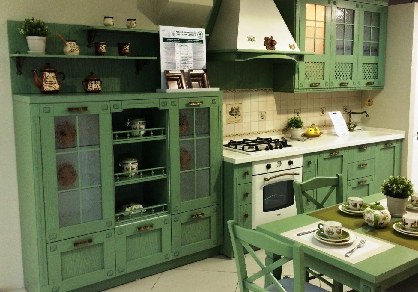 Кухня прованс зеленого цвета, фасады крашенное дерево и МДФ шпон