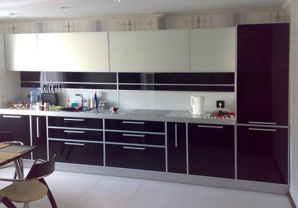 кухня с акриловыми фасадами пластик, прямая,бело-фиолетовая