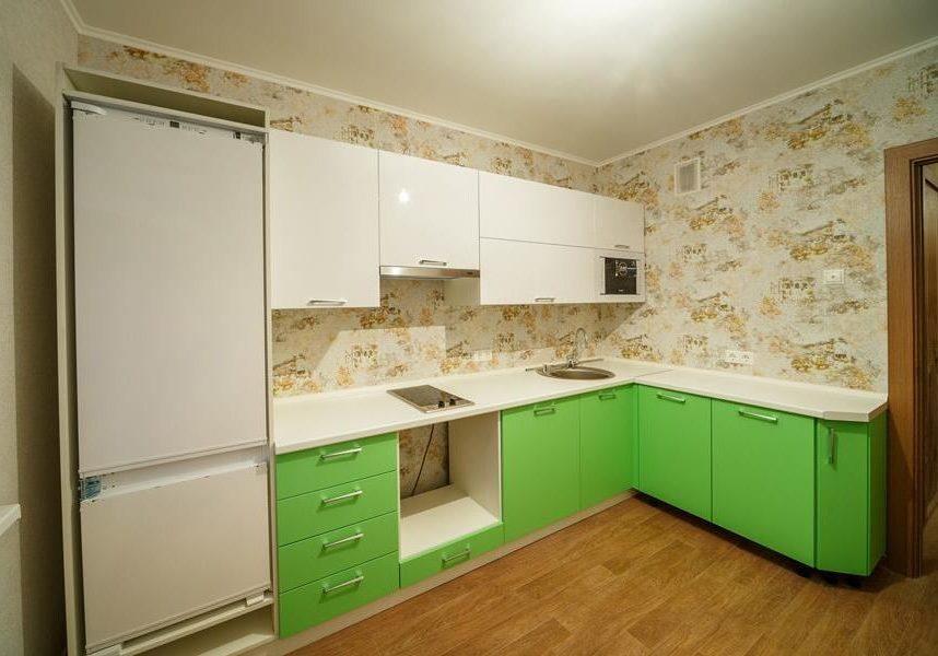 Кухня с белым верхом и зеленым низом