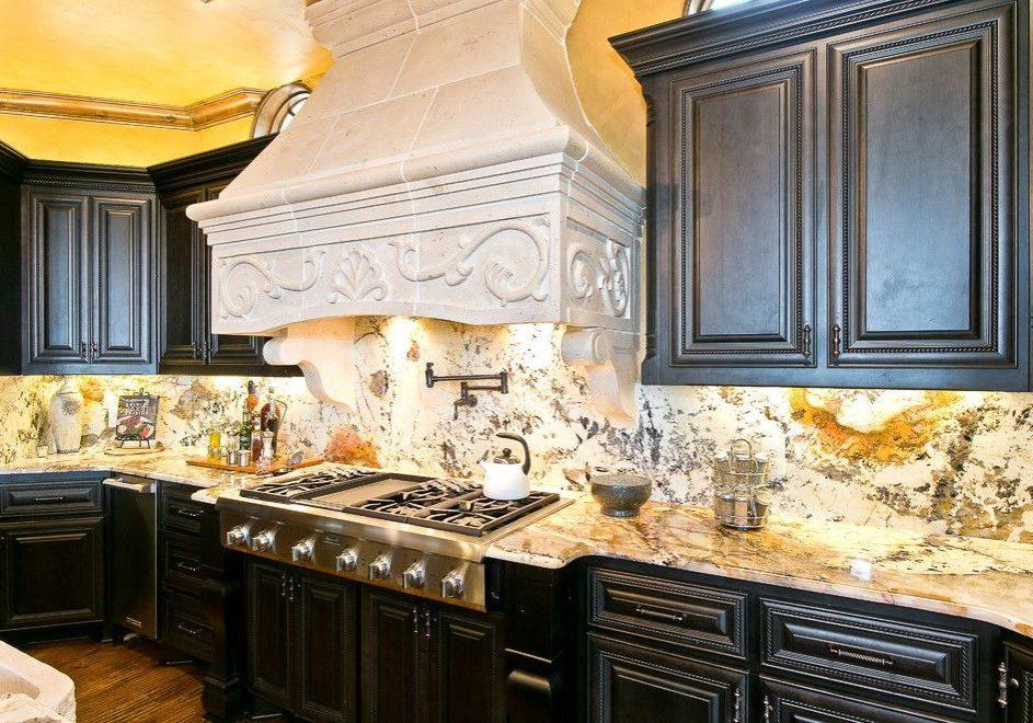 Кухня с деревянными фасадами, черный цвет