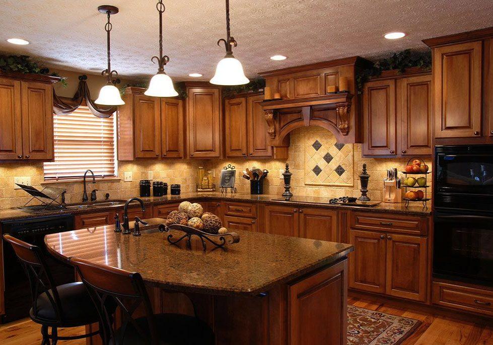 Кухня с деревянными фасадами для коттеджа
