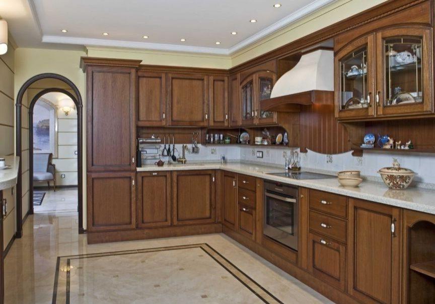 Кухня с деревянными фасадами дуб
