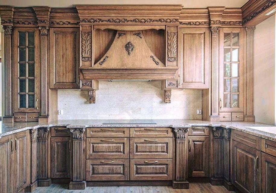 Кухня с деревянными фасадами и карнизом