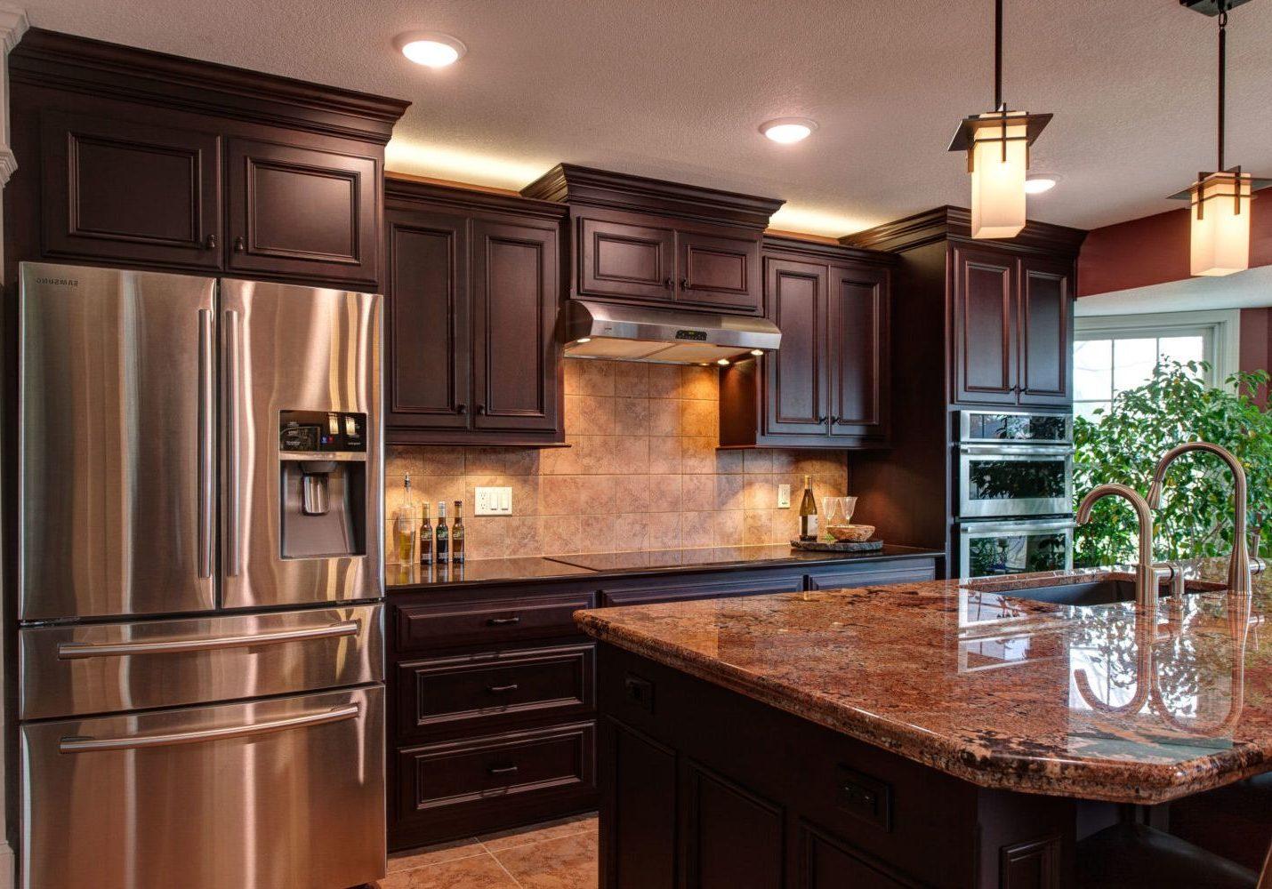 Кухня с деревянными фасадами ясень