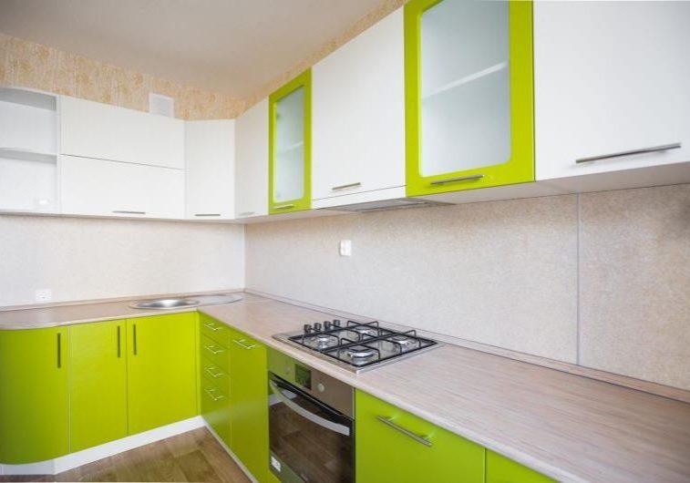 Кухня с фасадами лайм и белыми