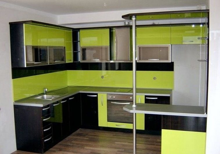 Кухня с фасадами пленка черно-зеленого цвета