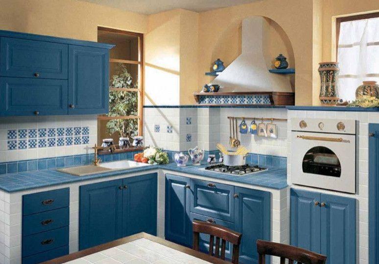 Кухня с крашенными фасадами массив