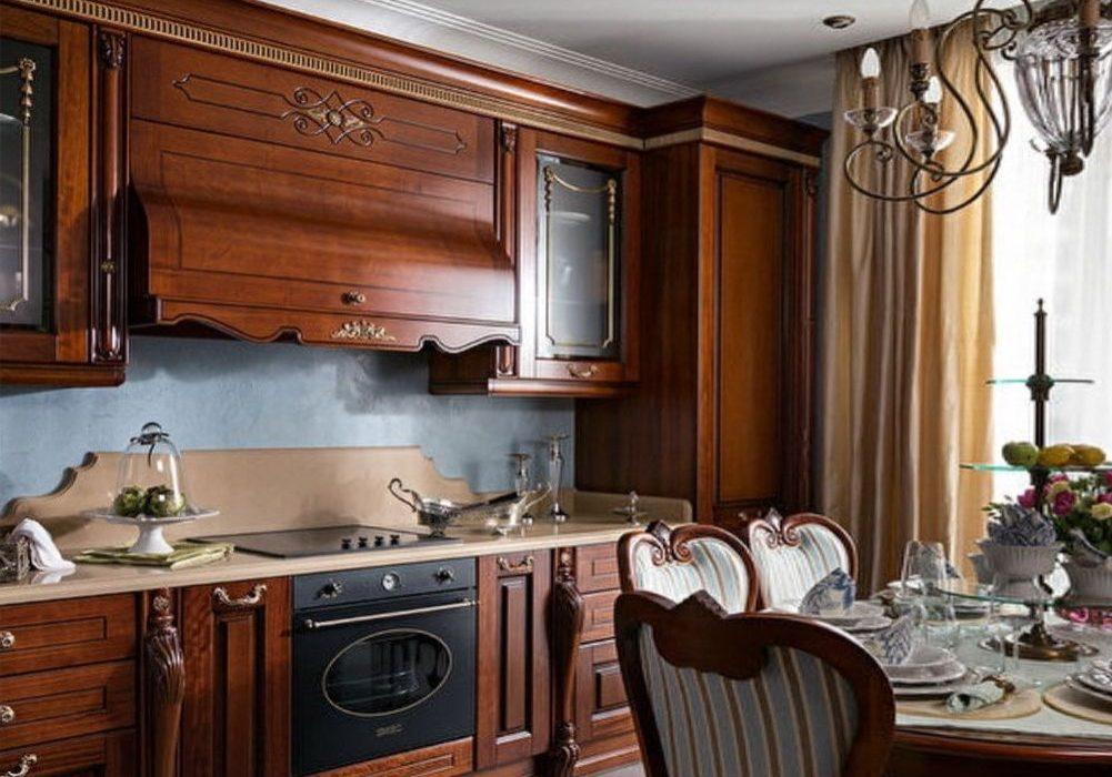 Кухня с красивыми деревянными фасадами