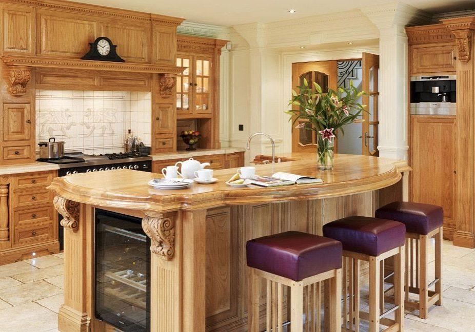 Кухня с натуральными деревянными фасадами