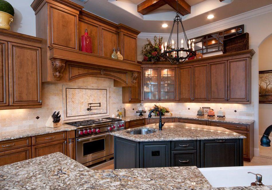 Кухня с островом и деревянными фасадами
