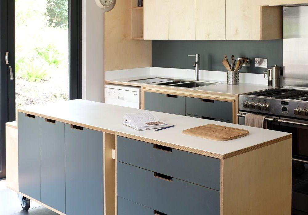 Кухня с передвижным островом из фанеры для дома