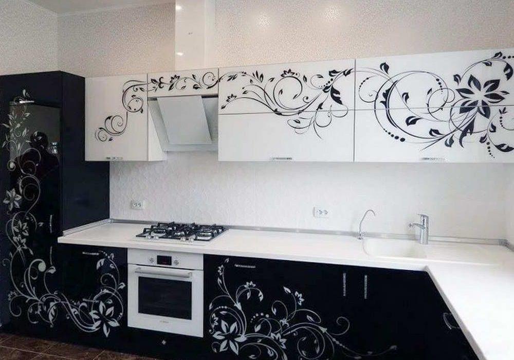 Кухня с рисунком, белый верх, черный низ