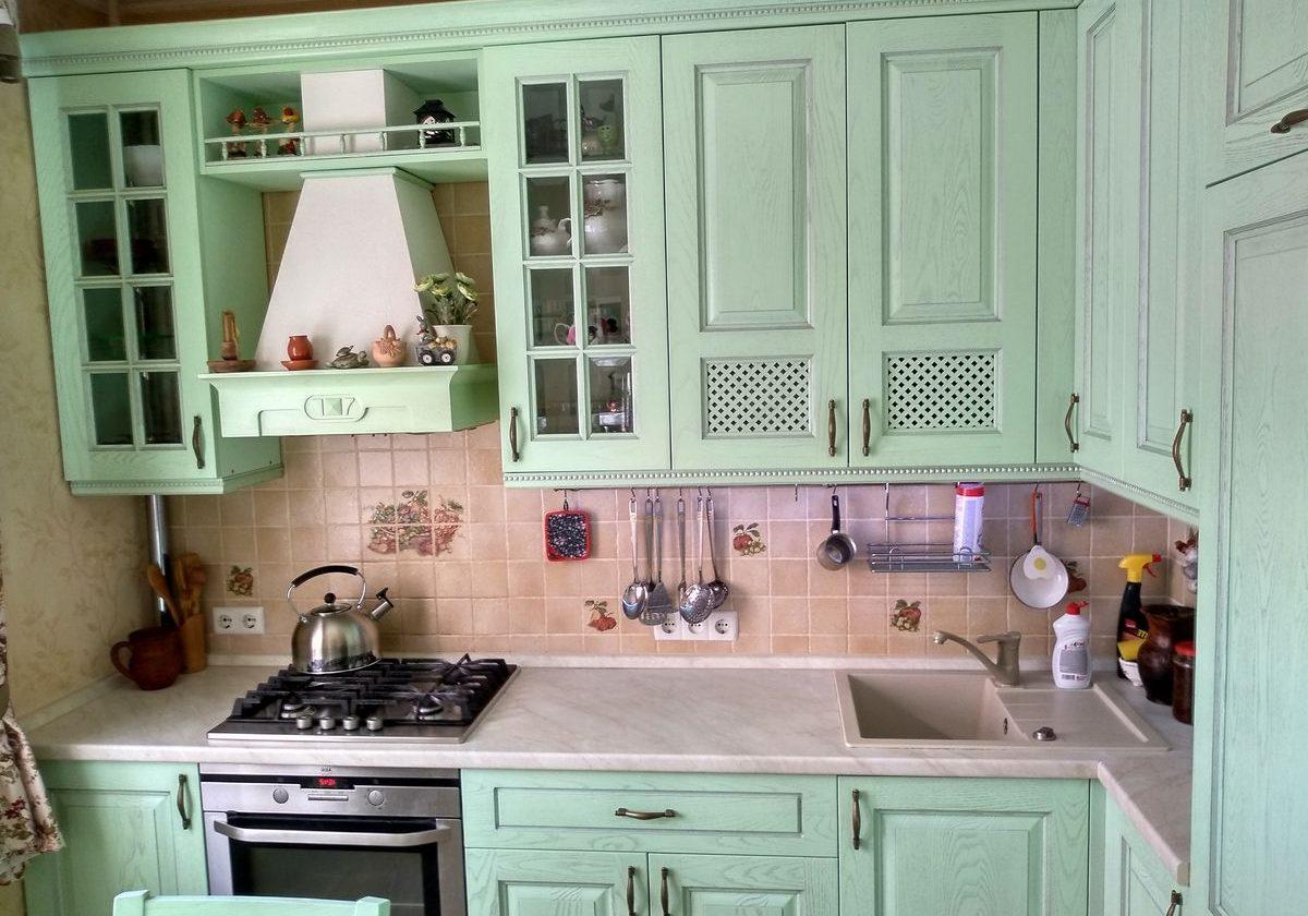 Кухня стиль прованс в светло-зеленых тонах, фасады массив дерево крашенный