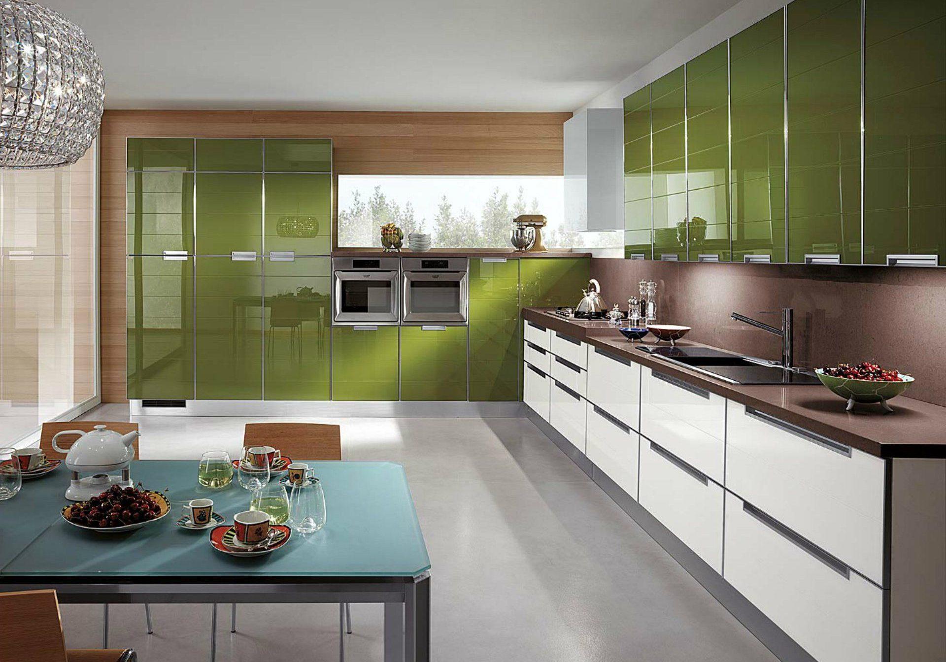 Кухня в коттедж оливково-белая