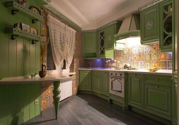 Кухня зеленого цвета в стиле прованс с серебристой патиной
