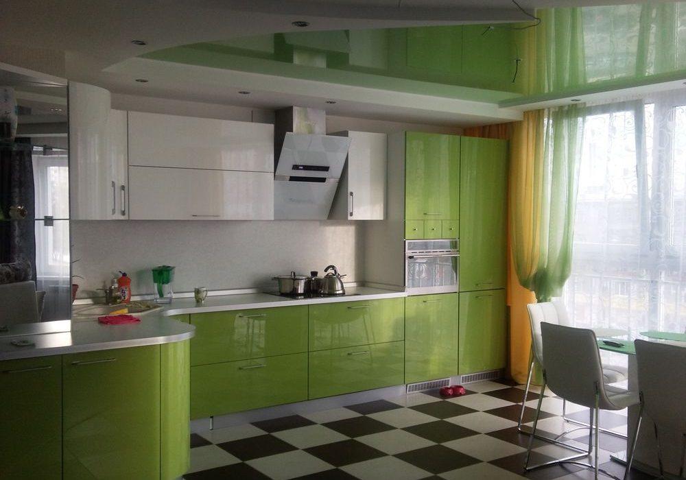 Кухонный гарнитур бело-зеленого цвета
