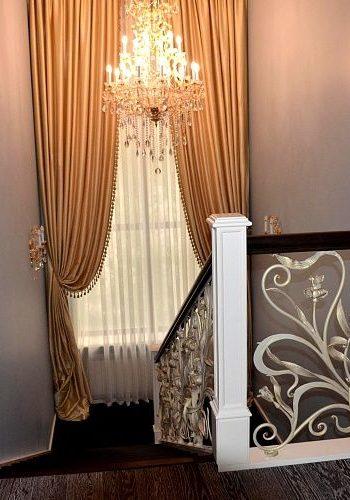 Деревянная черно белая лестница из ясеня