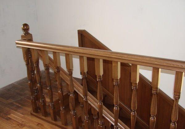 Ограждение лестницы из дуба для второго этажа