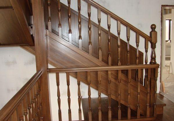 Поворот на второй этаж дубовой лестницы