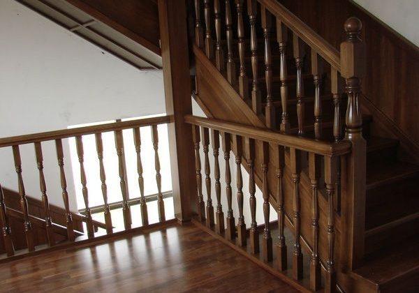 Ограждение второго этажа дубовой лестницы